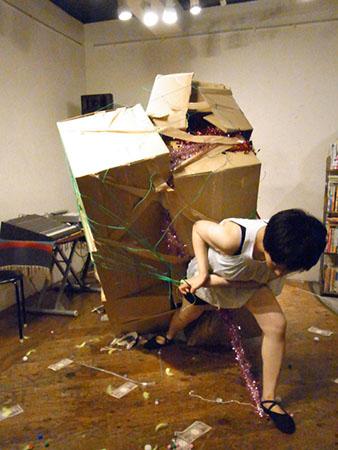 Corrugated box, performance art, IroIro  solo performance event, Cafe FLYING TEAPOT, Tokyo, 2013